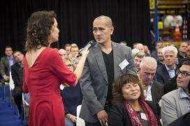 Dagvoorzitter Kim Coppes in gesprek met het publiek van de Dag van het Magazijn