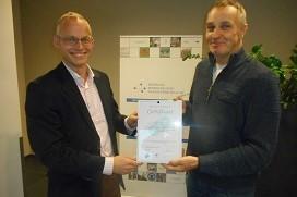 BMWT-programmamaker reikt het certificaat voor erkend trainbedrijf Het Nieuwe Draaien uit aan Heerkens Ingenieursbureau