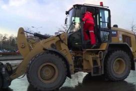 Machinist stapt in grondverzetmachine