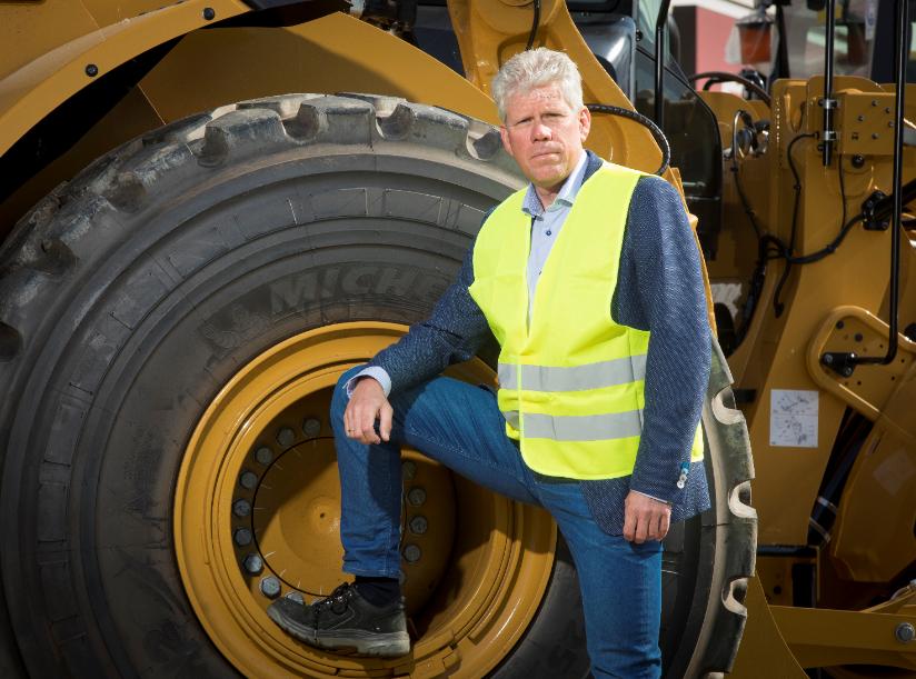 Jan Hommes, directeur BMWT, staat bij een graafmachine